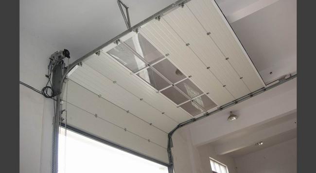 Porte sezionali a latina aprilia pomezia finestre tft - Portoni garage con finestre ...